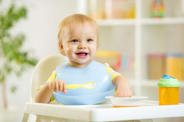 Столче за хранене е сред задължителните продукти за детето!